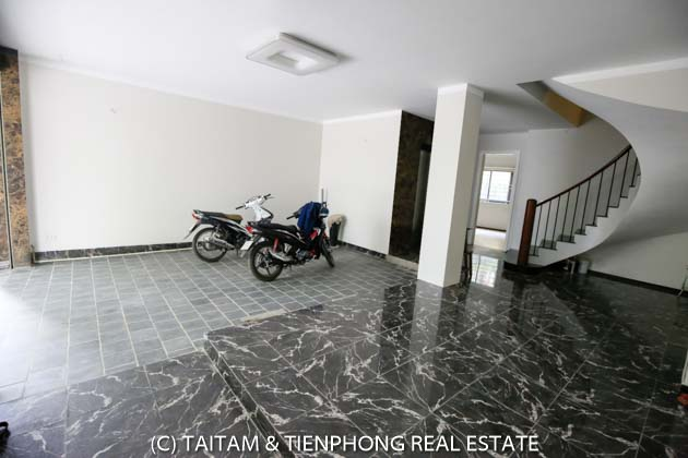 Spacious house with bedroom and gym room in yen hoa street for rent